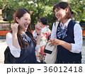 楽しそうに話す女子高生 下校 修学旅行 36012418