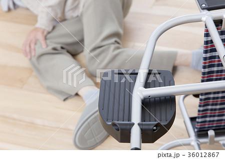 高齢者の車椅子での転倒事故イメージ 介護事故  36012867