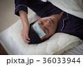 体調不良の若い男性 発熱 36033944