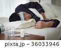体調不良の若い男性 発熱 薬 36033946