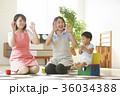 遊んでいる保育士と子供 36034388