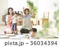 遊んでいる保育士と子供 36034394