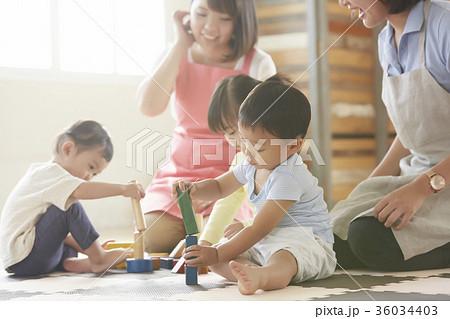 遊んでいる保育士と子供 36034403