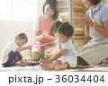 遊んでいる保育士と子供 36034404
