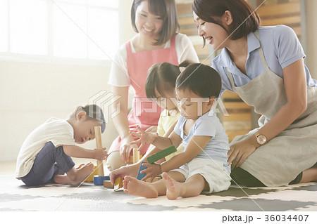 遊んでいる保育士と子供 36034407
