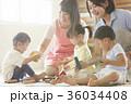 遊んでいる保育士と子供 36034408
