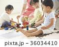 遊んでいる保育士と子供 36034410