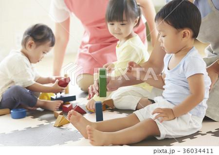 遊んでいる保育士と子供 36034411