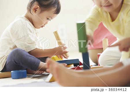 遊んでいる保育士と子供 36034412