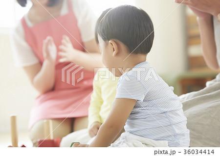 遊んでいる保育士と子供 36034414