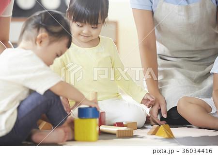 遊んでいる保育士と子供 36034416