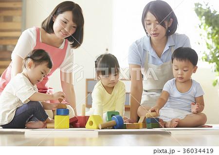 遊んでいる保育士と子供 36034419