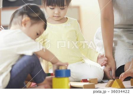 遊んでいる保育士と子供 36034422