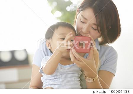 遊んでいる保育士と子供 36034458