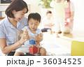遊んでいる保育士と子供 36034525