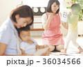 勉強をしている保育士と子供 36034566