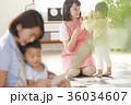 勉強をしている保育士と子供 36034607