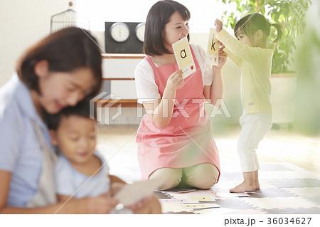 勉強をしている保育士と子供 36034627