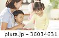勉強をしている保育士と子供 36034631