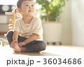 室内で遊んでいる子供 36034686
