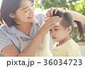 熱を出した子供と保育士 36034723