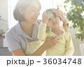 熱を出した子供と保育士 36034748
