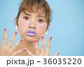 女性 カラフル 水色バックの写真 36035220