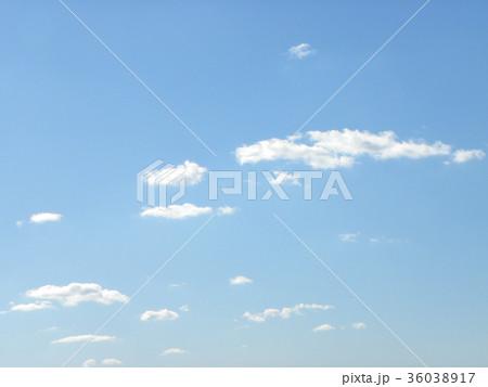 深まった秋の青空と白い雲 36038917