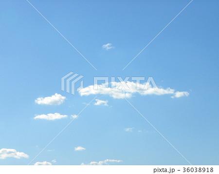 深まった秋の青空と白い雲 36038918