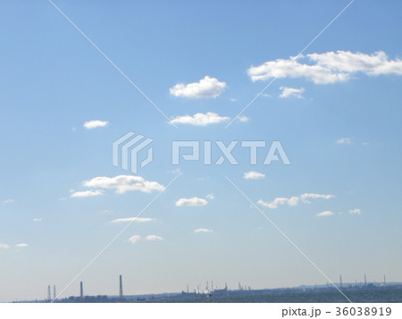 深まった秋の青空と白い雲 36038919