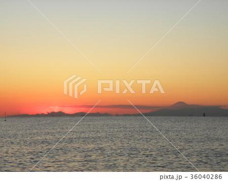 稲毛海岸から見た日没の後に見える富士山 36040286