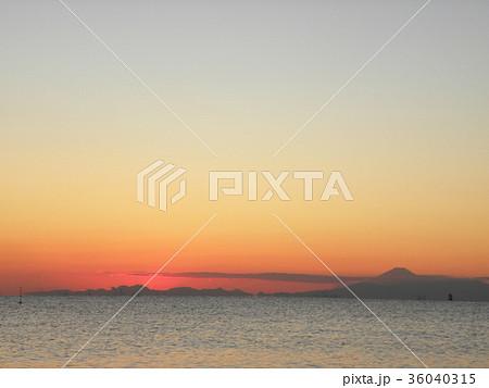 稲毛海岸から見た日没の後に見える富士山 36040315