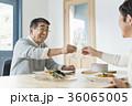 シニア夫婦と海 36065005