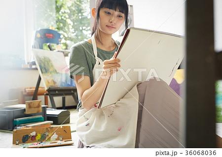 絵を描く女性 36068036