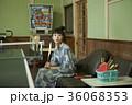 温泉の娯楽室にいる女性 36068353