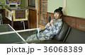 温泉の娯楽室にいる女性 36068389