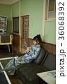 温泉の娯楽室にいる女性 36068392