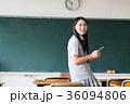 女子高生 スマートフォン 教室の写真 36094806