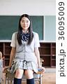 女子高生 教室 制服の写真 36095009