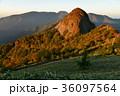 朝陽に映える子持権現山(愛媛県西条市) 36097564
