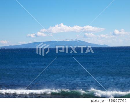 伊豆稲取の海岸から望む、積雪した伊豆大島の三原山 36097762