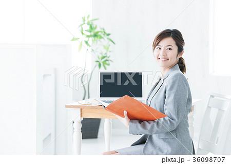 女性 ビジネス パソコン オフィス ビジネスウーマン 36098707