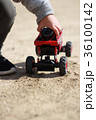 公園でラジコンで遊ぶ男の子 36100142