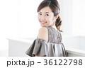 若い女性 パーティ ドレスアップの写真 36122798