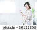 若い女性 笑顔 スマートフォンの写真 36122808