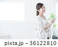若い女性 笑顔 スマートフォンの写真 36122810
