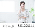 若い女性 笑顔 電話の写真 36122811
