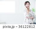 若い女性 笑顔 携帯電話の写真 36122812