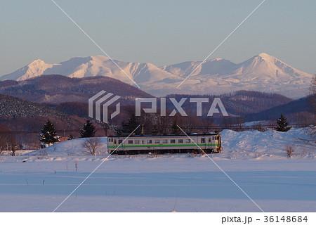 石北本線 夕映えの大雪山と列車 36148684