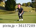 ゴルフをする女性 36157289